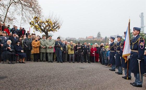 V Nové Pace odhalili pamětní desku pilotovi RAF Otakaru Hrubému (1. 11. 2013).