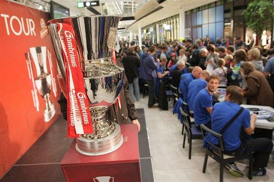 AUTOGRAMIÁDA. Olomoučtí fotbalisté se podepisují v obchodní galerii Šantovka,...