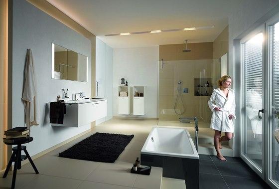 Vstup do vany lze usnadnit i různou výškou podlahy.