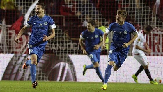 PARÁDNÍ GÓL. Liberecký záložník David Pavelka (vlevo) právě přeběhl s míčem u nohy většinu hřiště a prudkou střelou vyrovnal proti Seville na konečných 1:1.