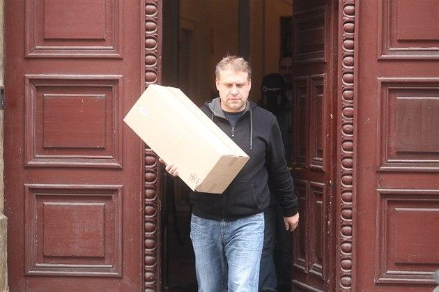 Jeden z detektivů Generální inspekce bezpečnostních sborů vychází ze sídla...