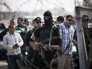 Egyptský policista před budovou policejní akademie, kde se koná proces se...