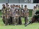 Obžalovaní vojáci přichází ke zvlášntímu soudu v Dháce.