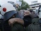 Zaměstnanci řecké státní televize protestují před jejím sídlem, které obsadila...