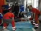 Studenti při plnění úkolů v tajné nemocnici v Těchoníně. Příprava pacienta na...