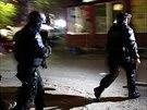 Policist� slou��c� na Kosovu na misi Evropsk� unie (EULEX) p�ich�zej� k volebn�...