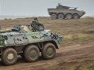 Ukrajinský obrněný transportér BTR-80 během cvičení Sil rychlé reakce NATO v
