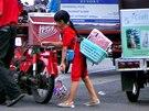 Prodejem, ale i sbíráním odpadků se živí až 20 tisíc dětí v Phnompenhu.