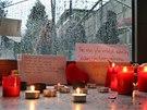 Pietní místo vytvořené žáky Základní školy v Raškovicích, kam kdysi chodila i zavražděná Denisa. (5. listopadu 2013)