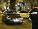 Lupiči pravděpodobně přijeli tmavým BMW, které nechali stát uprostřed ulice.