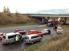 Nehoda kamionu s auty na silnici I/7 u Slaného