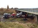 Kamion narazil do mostn�ho pil��e, �idi� na m�st� zem�el