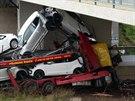 Kamion s auty u Slaného narazil do mostu přes silnici I/7. Řidič na místě...