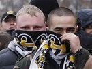 Ruského pochodu se zúčastnily tisíce mladých lidí v černo-žluto-bílých šálách