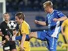 NOHA V PODPAŽDÍ. Marek Jungr z Jihlavy se snaží zkrotit míč, atakuje hoJan Hable z Ostravy.