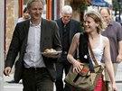 Sarah Harrisonová doprovází zakladatele serveru WikiLeaks Juliana Assange na...