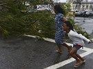 Po zásahu hurikánem zůstaly v centru Cebu vyvrácené stromy.