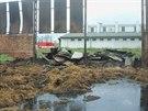 Hasiči ukončili po více než 36 hodinách zásah u velkého požáru haly se slámou v...