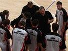Basketbalisté Hradce Králové poslouchají pokyny svého kouče Lubomíra Peterky.