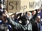 Albánci protestovali v plynových maskách a rouškách proti žádosti USA, které