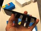Slot pro microSIM kartu mohl být více zapuštěný, aby přesně ladil s bočními...