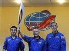 Olympijskou pochodeň veze do vesmíru posádka ve složení Kojči Wakata (vlevo),...