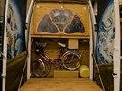 Obytná dodávka Pegas. Zezadu je vyklápěcí teráska a garáž pro dvě kola.