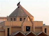 Když islamisté dobyli Rakká, vyvrátili kříž na střeše místního kostela a místo...