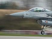 Polský sroj F-16 startuje v Poznani k cvičné misi během největších manévrů