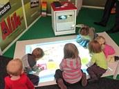 Magic Box, interaktivní podlahový projektor umožňuje společnou práci dětí a to...