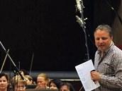 Skladatel Boris Urb�nek s Jan��kovou filharmoni� b�hem pr�ce na hudebn�m