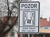 Na nový dopravní prvek upozorňuje řidiče i cyklisty v Uherském Hradišti...