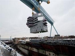 Konstrukce letadlové lodi USS Gerald R. Ford v newportských loděnicích