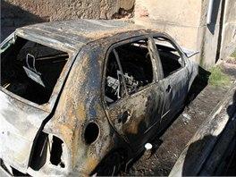 Vrak jedné ze dvou fabií, které ve čtvrtek 31. října 2013 zapálil neznámý žhář