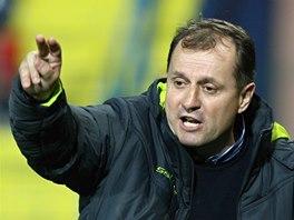 Trenér Martin Pulpit předává hráčům pokyny.