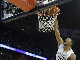 Anthony Davis z New Orleans smečuje do koše LA Lakers.