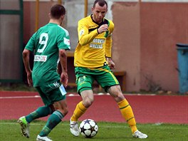 OBEJDU TĚ. Sokolovský bek František Dřížďal (vpravo) si chrání míč před...