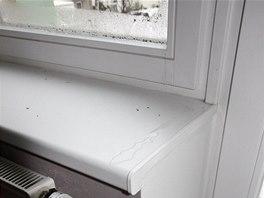DRUHÝ PŘÍBĚH: Okna vlhnou i při normové teplotě a vlhkosti. Stékající kondenzát znehodnocuje parapet i stěnu pod ním.