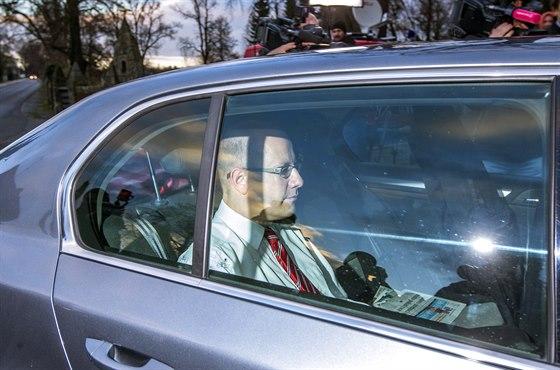 Předseda ČSSD Bohuslav Sobotka přijíždí na jednání s prezidentem Milošem...