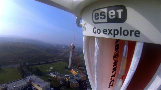 Pohled z kamery GoProna palubě Dropionu krátce po startu. Vidět je budova ČHMÚ.