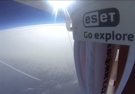 Přibližně 20 kilometrů pod Dropionem právě prolétá Airbus společnosti Emirates...