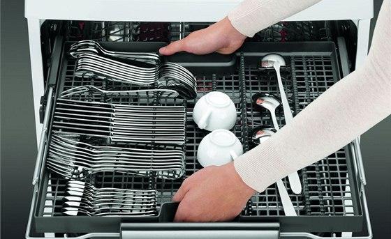Vyjímatelná zásuvka na příbory - lze ji použít i na další drobné kusy nádobí.