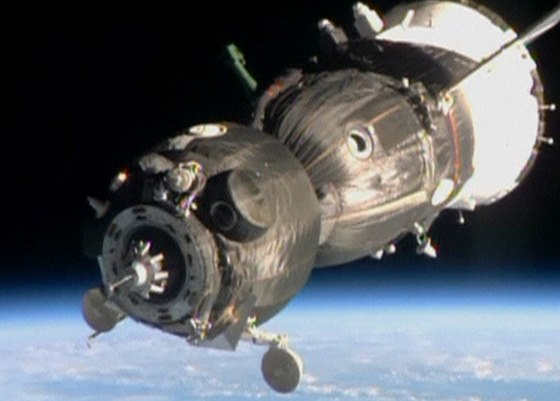 Vesmírná loď Sojuz se přibližuje k Mezinárodní vesmírné stanici. Snímek je z