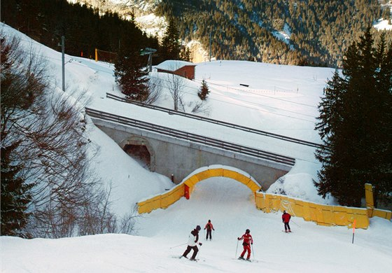 Jedna z nejpozoruhodnějších pasáží, kdy se trať vtěsnává do úzkého viaduktu.
