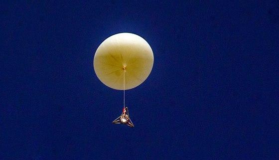 Stratosférický balón krátce po startu (16. listopadu 2013)
