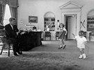 John Fitzgerald Kennedy si v Oválné pracovně Bílého domu hraje se svými dětmi....