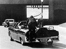22. listopadu 1963, Dallas. Jacqueline Kennedyov� se vrh� k t�lu sv�ho man�ela,...