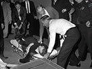 Tělo Leee Harvey Oswalda poté, co ho majitel nočního klubu Jack Ruby zastřelil...
