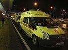 Vozy záchranné služby před letištěm v Tatarstánu, kde havaroval boeing.