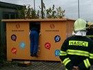 Muž v Dobřichovicích vlezl do kontejneru s oblečením. Ve dvířkách kontejneru...